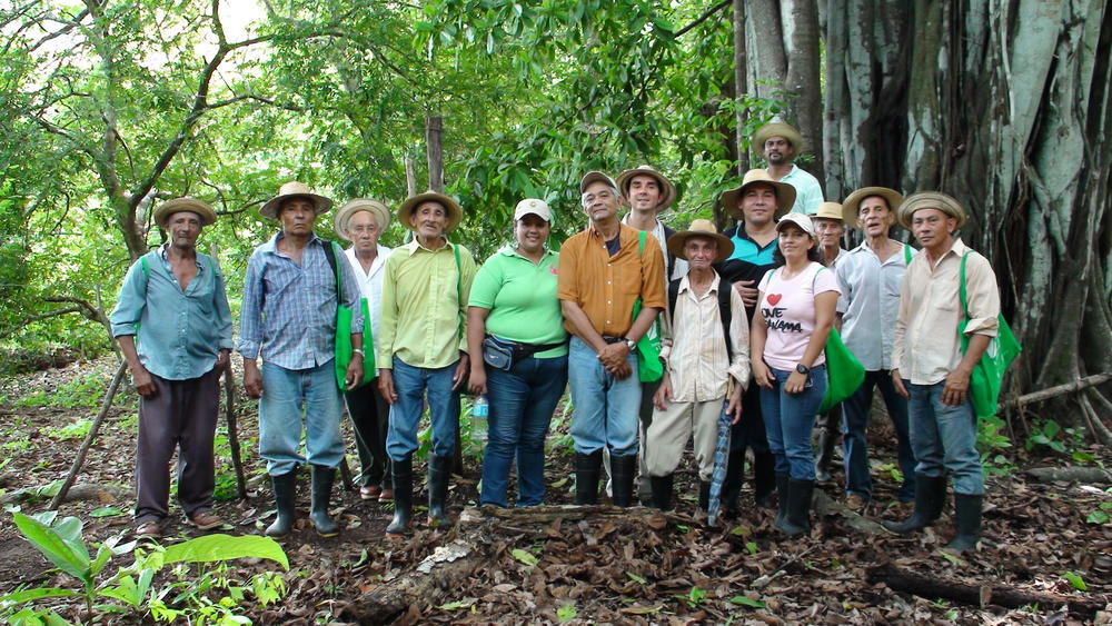 APASPE members participating in an ELTI field course in the Azuero Peninsula, Panama. APASPE has become recognized throughout the Azuero as local experts in sustainable ranching and forest restoration